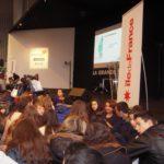La classe attend devant la grande scène